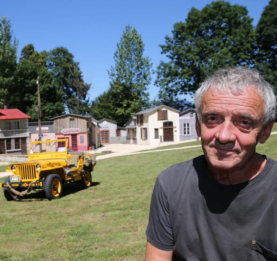 Serge revel ecrivain metteur en scene et organisateur des historiales devant le village cree pour le spectacle et une veritable jeep d epoque 1468927284